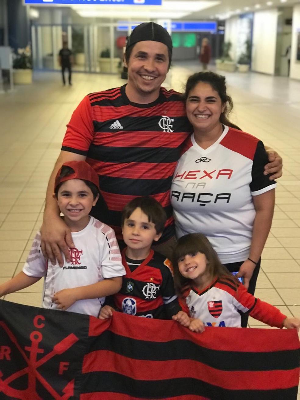 Everaldo com a esposa e os filhos na chegada do Flamengo — Foto: Cahê Mota/GloboEsporte.com