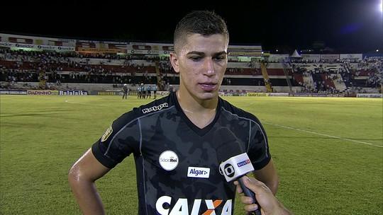 """Vitor Bueno, sobre estratégia defensiva: """"Não é a cara do Santos"""""""
