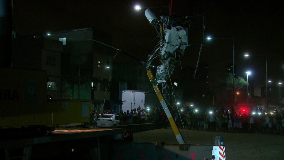 Retirada do que restou do Globocop de dentro do mar ocorreu na noite desta terça (23) (Foto: Reprodução/TV Globo)