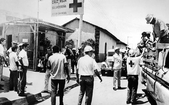 Integrantes da Cruz Vermelha prestam socorro a vítimas da guerra entre El Salvador e Honduras, que deixou 3 mil mortos e 15 mil feridos (Foto: EXPRESS/HULTON ARCHIVE/GETTY IMAGES)