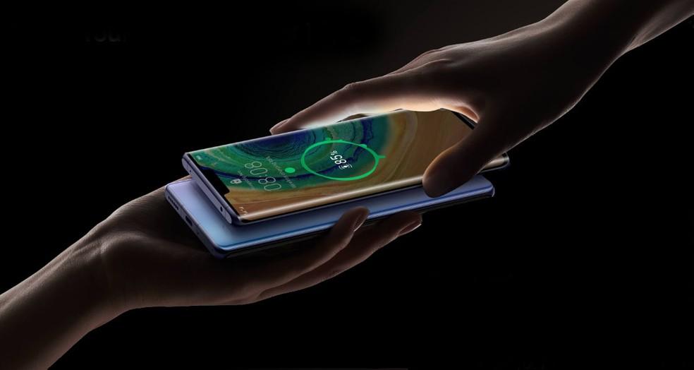 O Huawei Mate 30 Pro permite carregamento inverso sem fio — Foto: Divulgação/Huawei