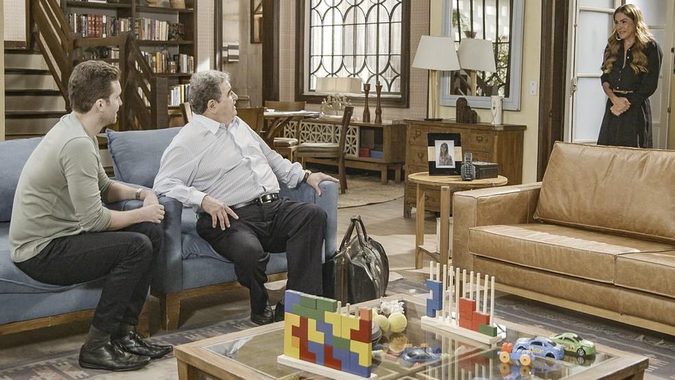 Ignácio (Otávio Augusto) se assusta ao ver Alexia (Deborah Secco) em 'Salve-se Quem Puder' — Foto: Globo