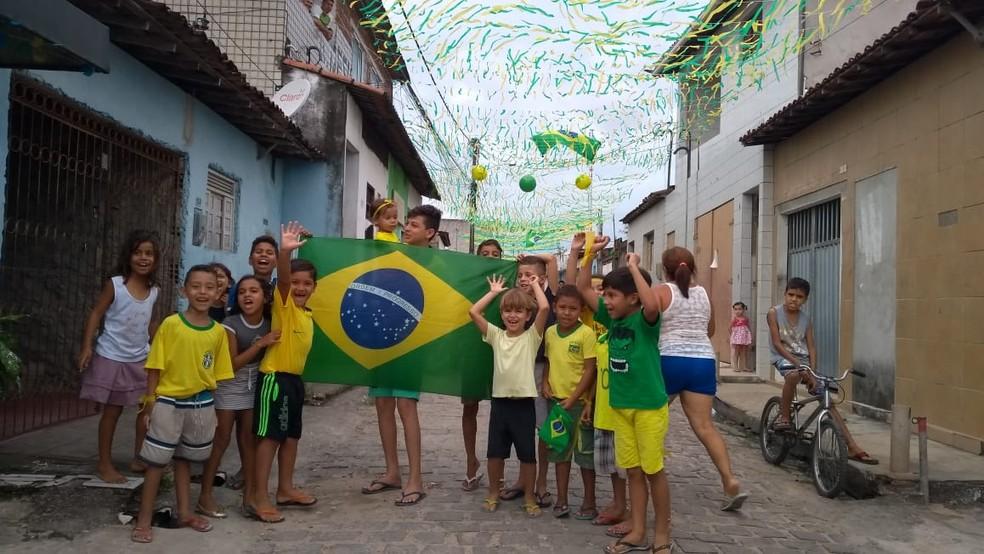 Algumas crianças vivem pela primeira vez clima da Copa do Mundo de 2018, em Natal (Foto: Oscar Xavier/Inter TV Cabugi)
