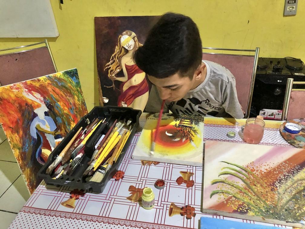 Mesmo com membros atrofiados, Lucas Silva é artista plástico e faz exposições em São Luís — Foto: Paulo Pontes