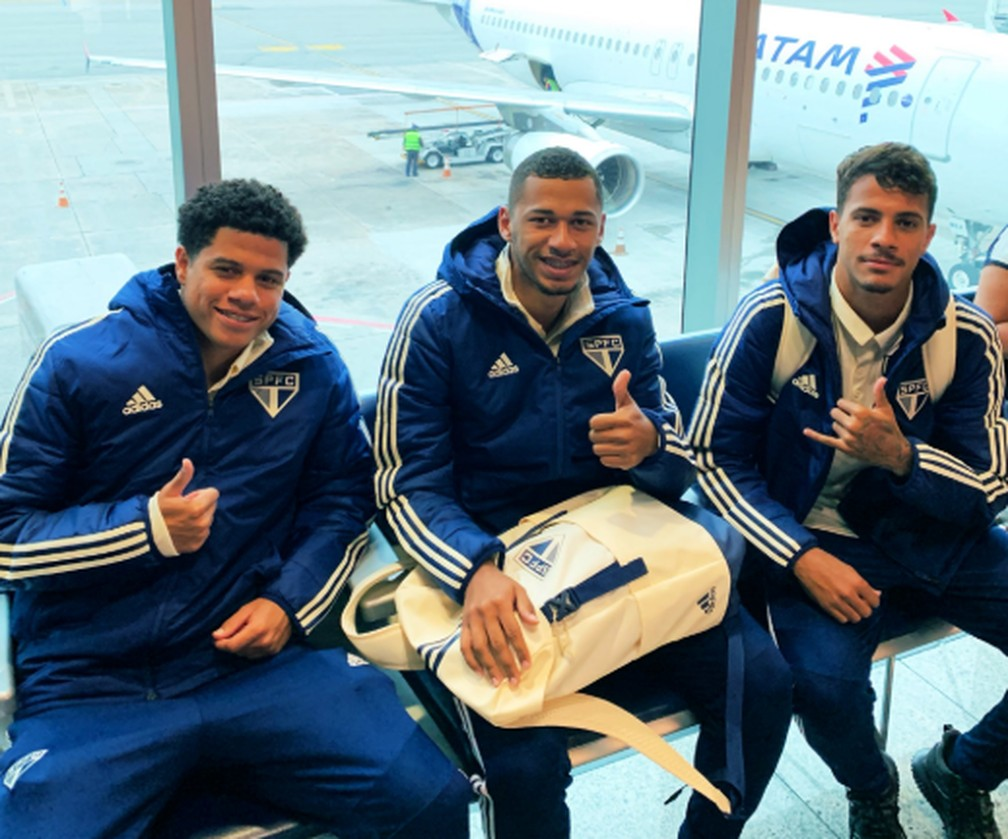 Gabriel Sara, Fabinho e Diego Costa, do São Paulo, viajaram pela primeira vez  — Foto: Twitter/São Paulo