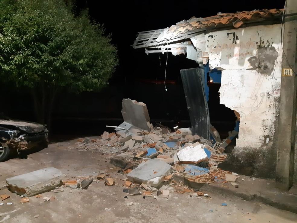 Carro invadiu e destruiu parte de oficina na BR-010, em Imperatriz — Foto: Divulgação/PRF