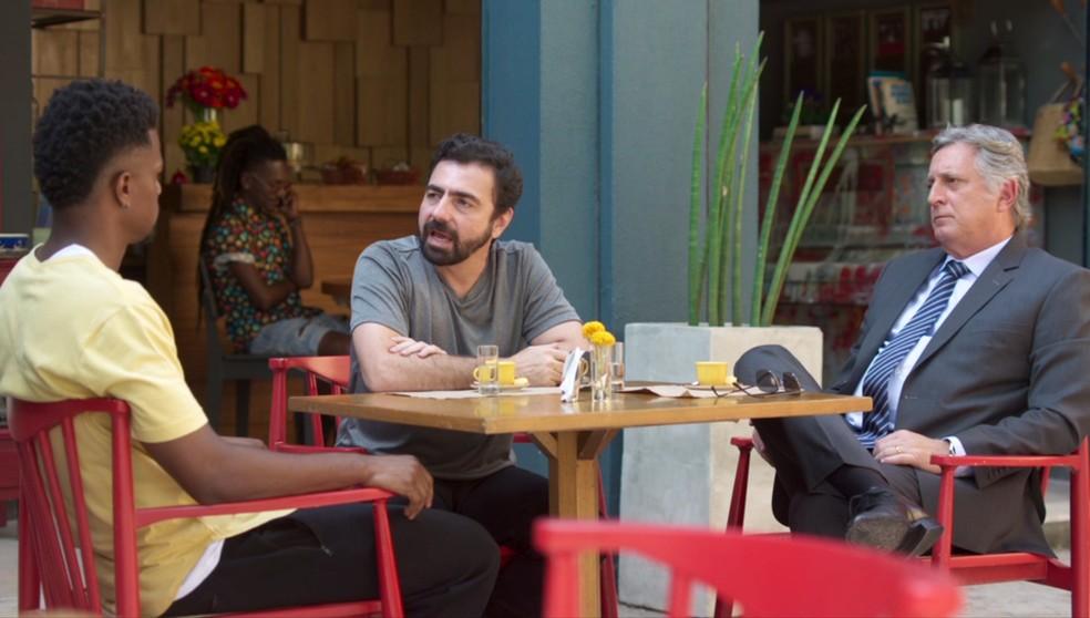Marcondes (Alessandro Moussa) e Machado (Eduardo Galvão) conversam com Ramon (David Junior) — Foto: Globo
