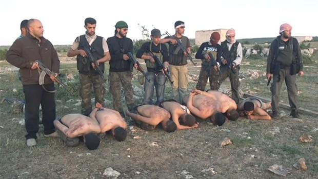 """O jornal americano """"New York Times"""" divulgou nesta quinta-feira (5) um chocante vídeo que mostra o que seria a execução, por rebeldes sírios, de sete soldados leais ao regime do presidente Bashar al- Assad. (Foto: The New York Times)"""