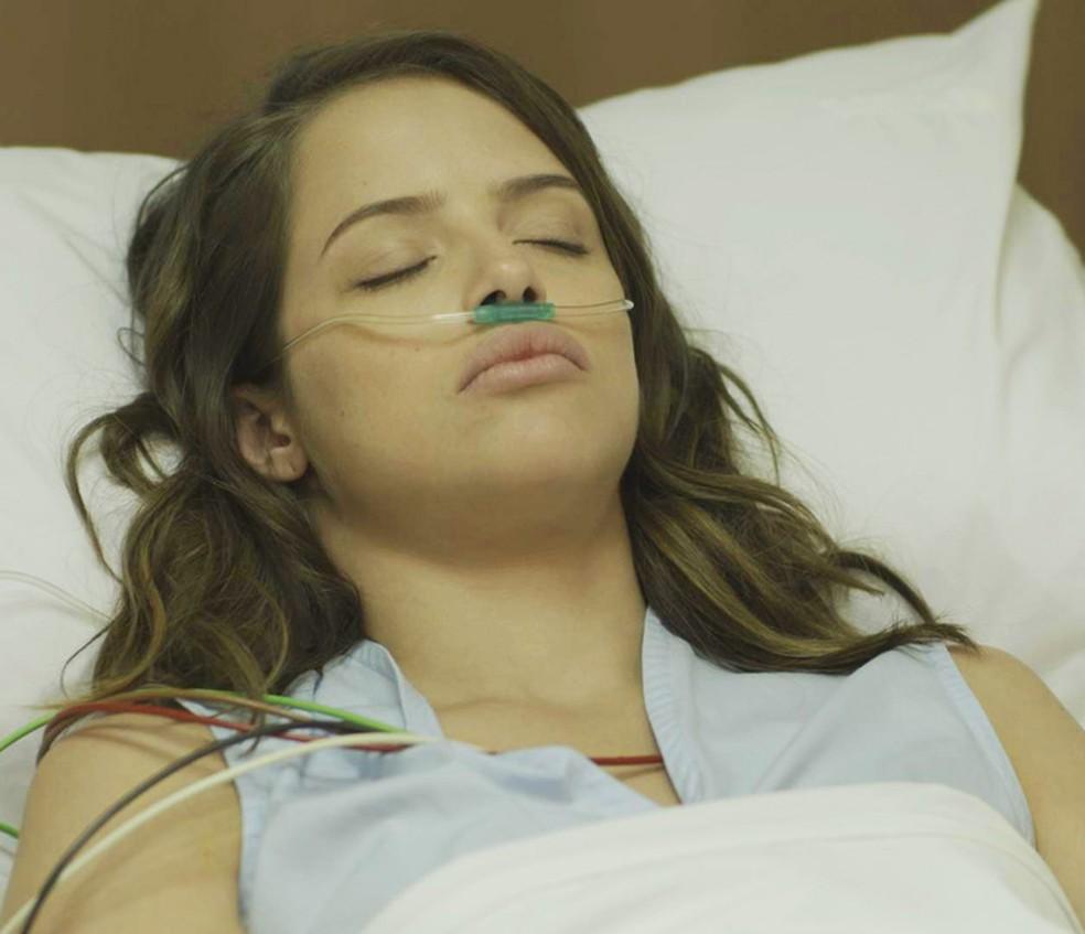 Camila (Agatha Moreira) entra em coma após acidente em fuga de sequestro com Giovanni (Jayme Matarazzo) em 'Haja Coração' - Tv Globo — Foto: Globo
