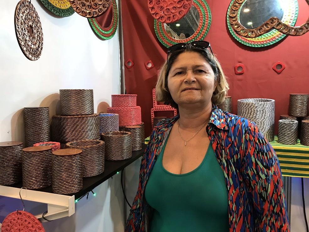 Artesã usa técnica de prensar lacres de latas para criar peças decorativas (Foto: Penélope Araújo/G1)