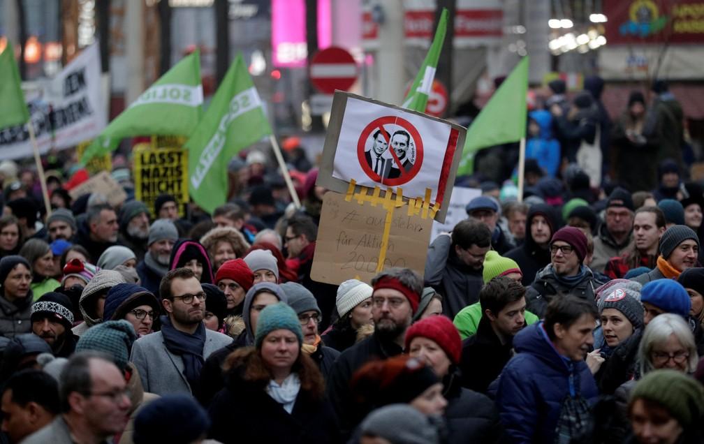 -  Manifestantes fazem protesto contra o governo em Vienna, na Áustria, neste sábado  13   Foto: Heinz-Peter Bader/Reuters