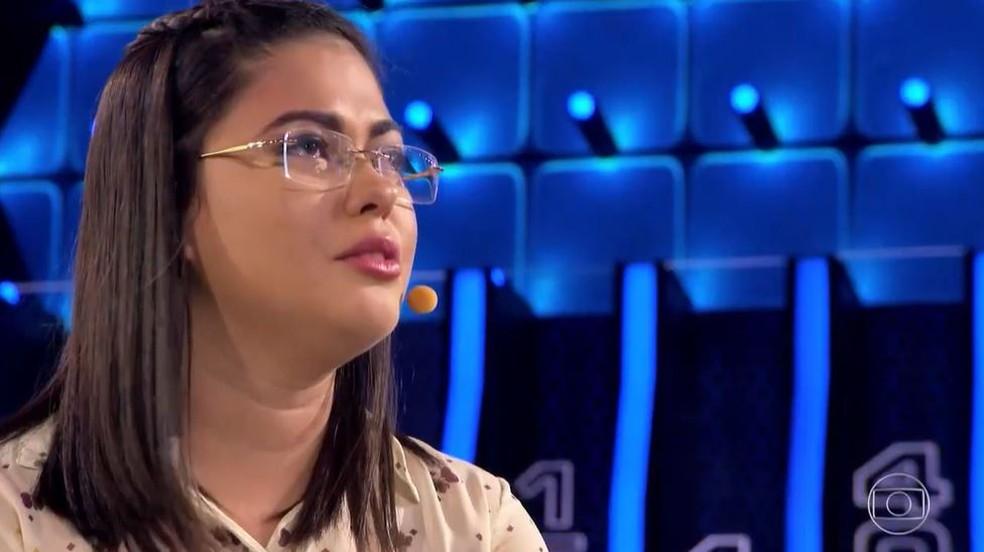 Ekarinny conta sua história no palco do 'Caldeirão' — Foto: Globo