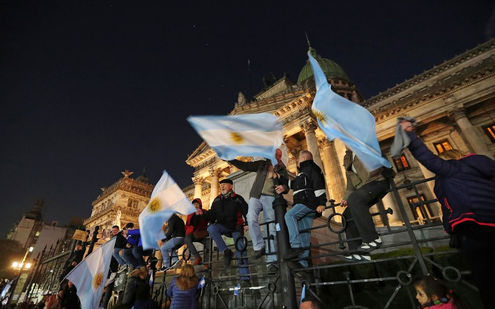 Argentinos participam de manifestação diante do Congresso, pedindo que o Senado retire a imunidade parlamentar de Cristina Kirchner, em Buenos Aires, em agosto — Foto: Reuters/Marcos Brindicci