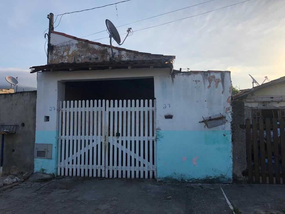 Criminosos invadiram a casa em Caraguá — Foto: André Luís Rosa/TV Vanguarda