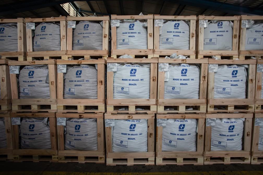 Sacas de nióbio empilhadas em depósito da CBMM em Araxá (MG) — Foto: Fábio Tito/G1