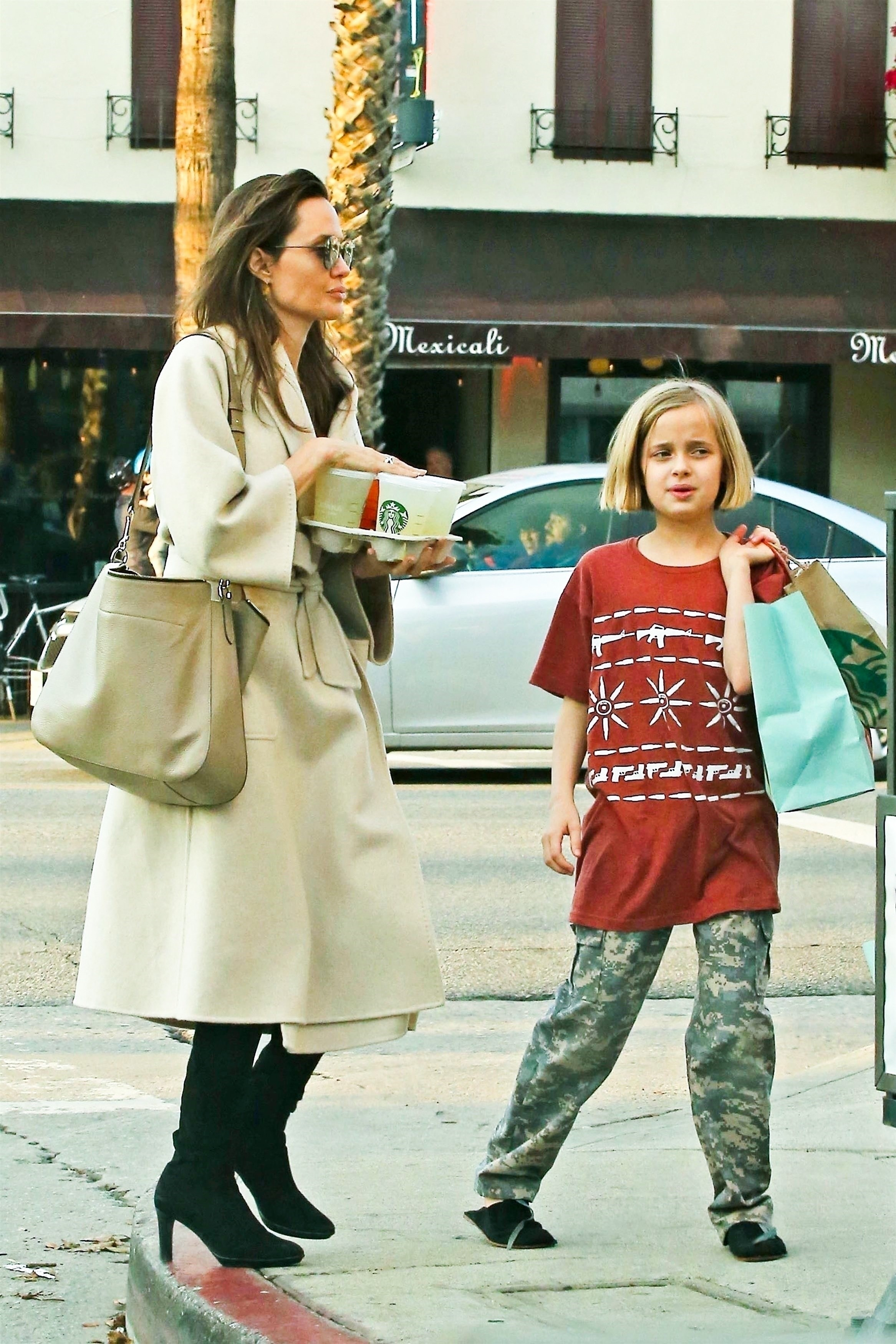 Angelina Jolie passeia com as filhas Vivienne e Zahara (Foto: Backgrid)