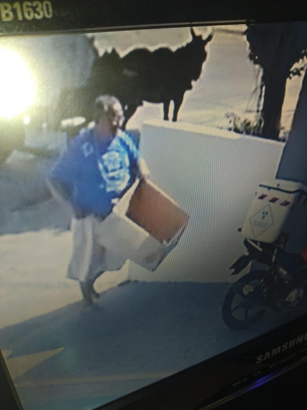 Homem foi flagrado por câmeras de segurança — Foto: Reprodução