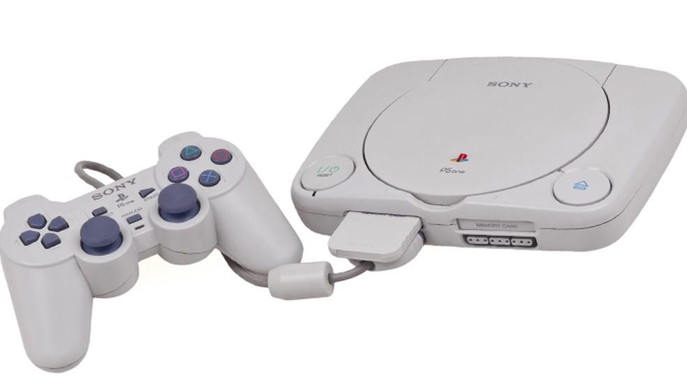 O novo design do PlayStation One ajudou o console a vender ainda mais no final de sua vida — Foto: Reprodução/AC Games Online