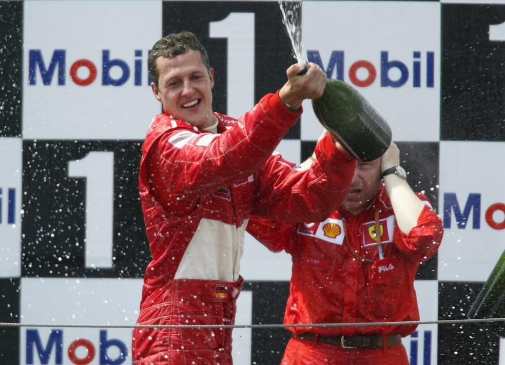 Schumacher comemora o penta no pódio em Magny-Cours — Foto: Getty Images