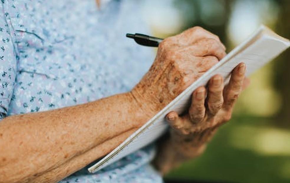 Encceja é voltado a jovens e adultos que não concluíram os estudos na idade esperada e precisam obter um certificado de aprendizagem. — Foto: Rawpixel.com/pexels