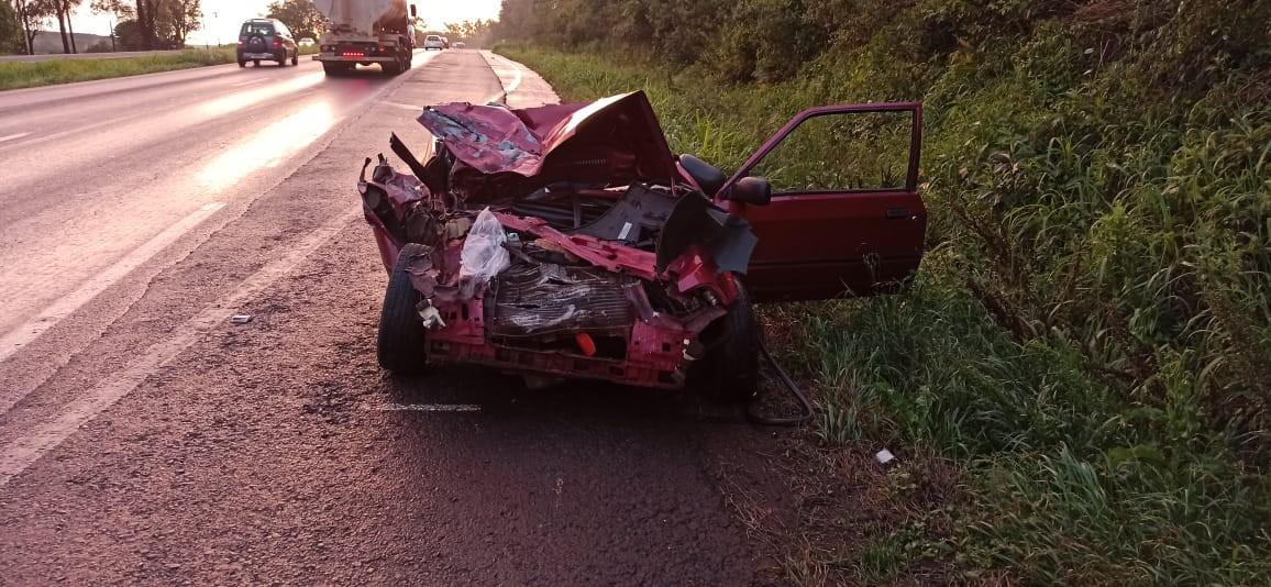 Duas pessoas ficam feridas após batida entre dois carros na BR-467