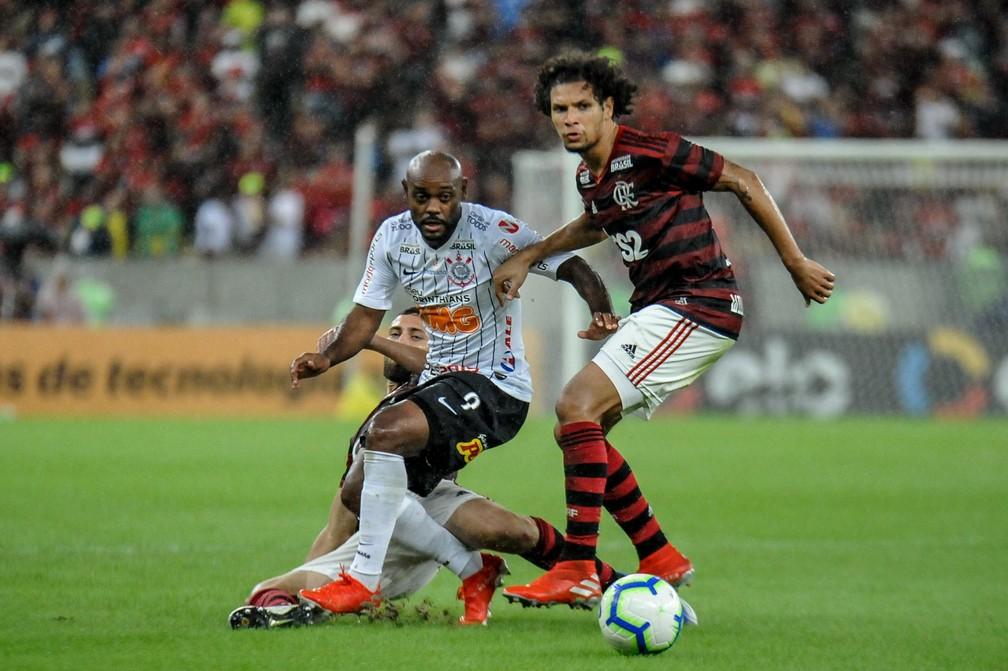 Mudança de posicionamento de Arão foi a chave para melhora defensiva — Foto: NAYRA HALM/FOTOARENA/ESTADÃO