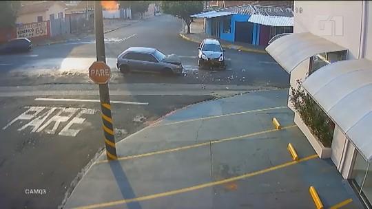 VÍDEO: carros batem de frente em avenida de Matão