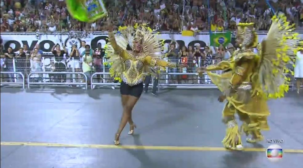 Porta-bandeira da da Vila Maria teve problema na costura da saia, que se soltou. (Foto: Reprodução/TV Globo)