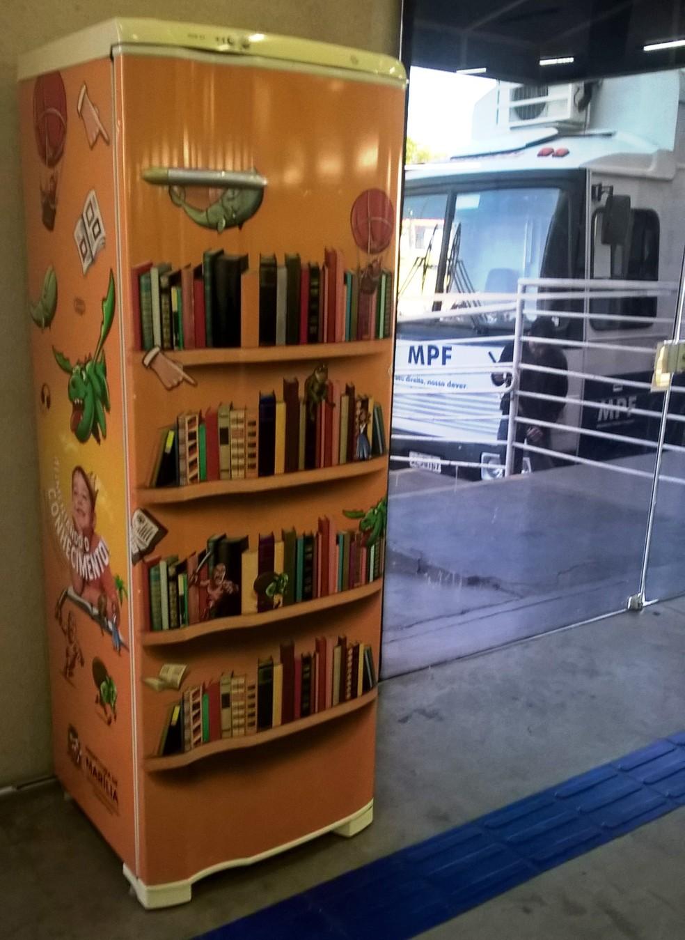 População pode utilizar os livros enquanto aguarda atendimento — Foto: Prefeitura de Marília/Divulgação