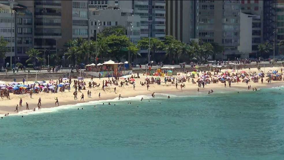Praia do Leblon cheia neste domingo (27) — Foto: Reprodução/GloboNews