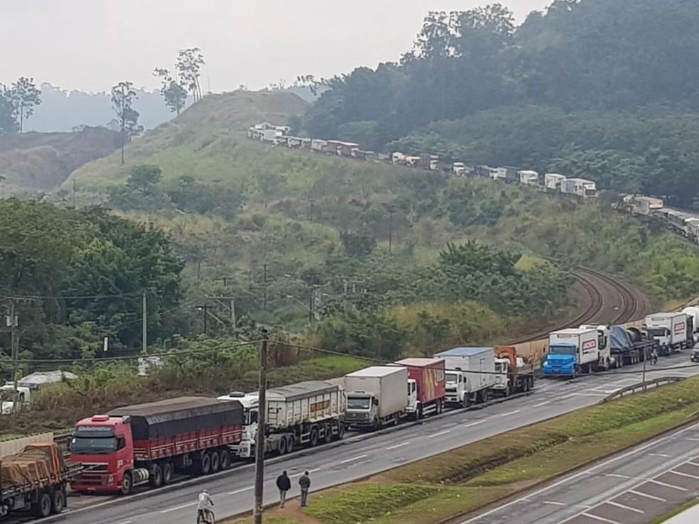 Manifestação às margens da BR-381 em Ipatinga se estende por oito quilômetros (Foto: Patrícia Belo/G1)