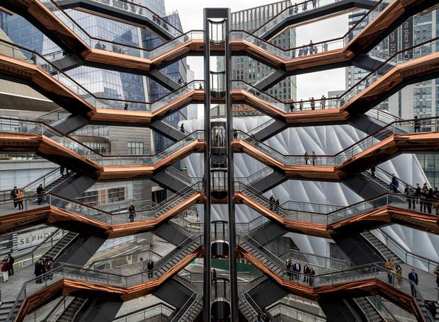O objetivo da peça é sugerir ao público novas perspectivas de visão da cidade. Foi construída com concreto e aço é formada por 154 lances de escadas, 80 plataformas e 2.500 degraus (Foto: Reprodução/6sqft)