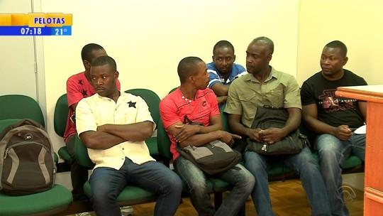 Denúncias de haitianos sobre más condições de trabalho são investigadas em Caxias do Sul