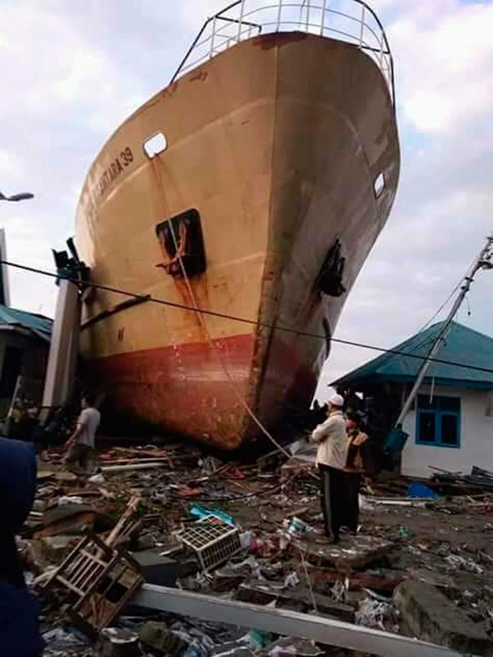 Navio levado pelo tsunami em Palu — Foto: Rio Mario / AP