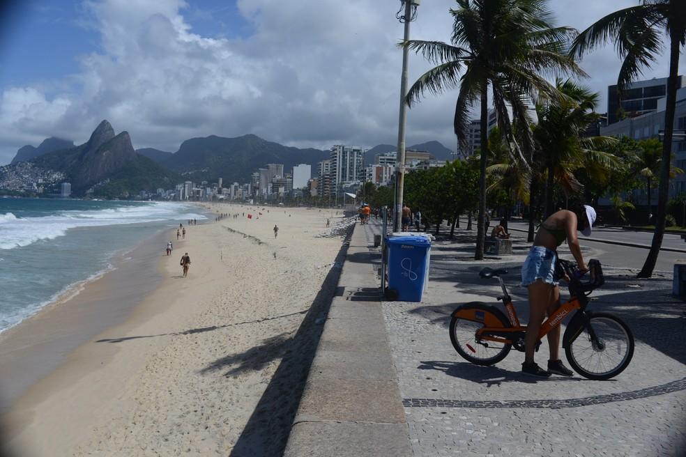 Movimentação na praia de Ipanema na manhã desta sexta-feira (02/04) na zona sul do Rio de Janeiro. — Foto: Adriano Ishibashi/Framephoto/Estadão Conteúdo