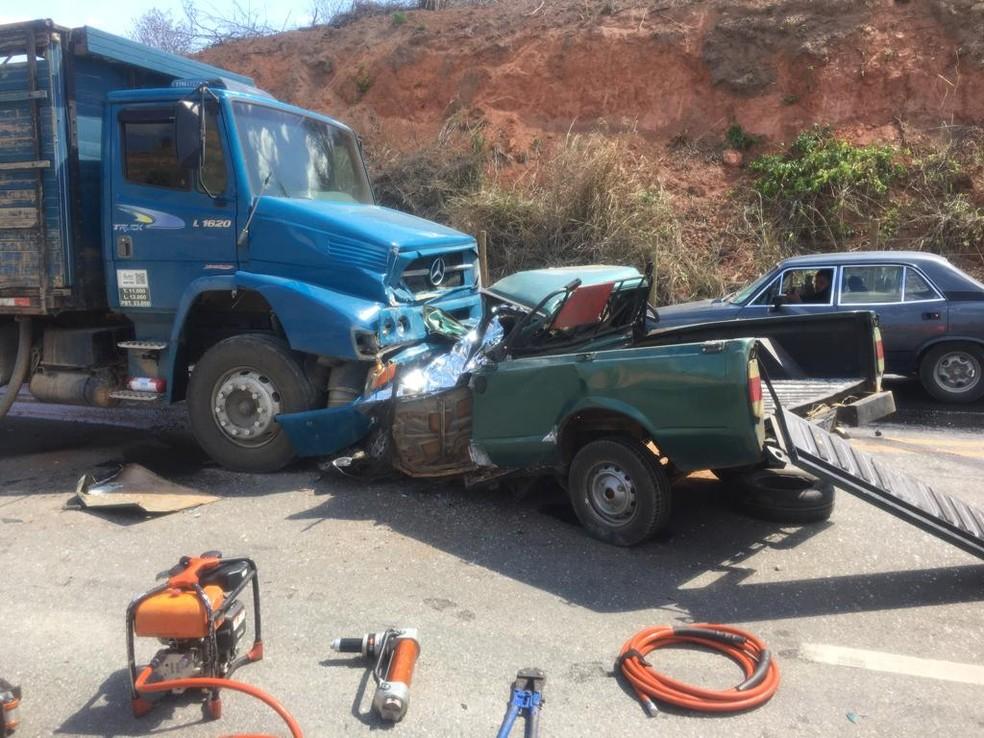 Homem tentava fazer uma ultrapassagem quando bateu de frente no caminhão. — Foto: Foto: Corpo de Bombeiros/Divulgação