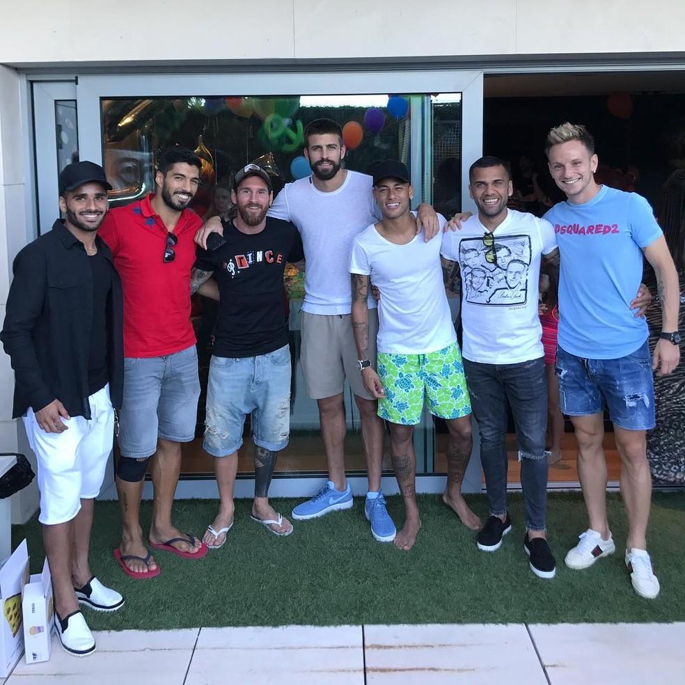 Neymar, Luis Suárez, Messi, Piqué, Neymar, Daniel Alves e Rakitic se reuniram em Barcelona (Foto: Divulgação / Instagram)