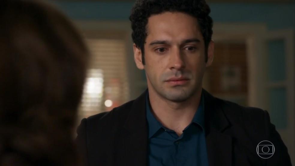 Beto (João Baldasserini) se enche de culpa ao ouvir o desabafo de Francesca (Marisa Orth) - 'Haja Coração' — Foto: Globo