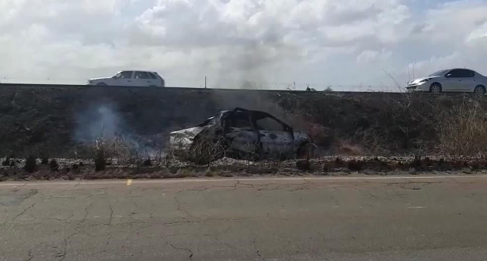 Veículo capota e pega fogo na BR-135 em Campo de Peris  — Foto: Divulgação/Polícia Rodoviária Federal