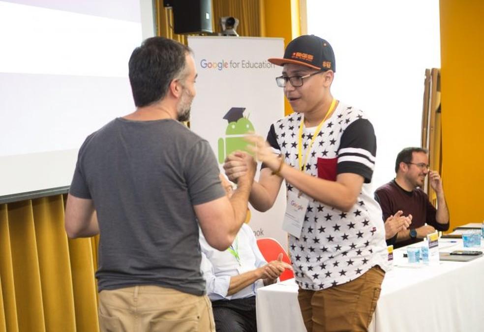 Julio Eduardo Oliveira, de São Carlos, ganhou prêmio de influenciador digital do Google e Secretaria de Educação (Foto: Secretaria Estadual de Educação/Divulgação)