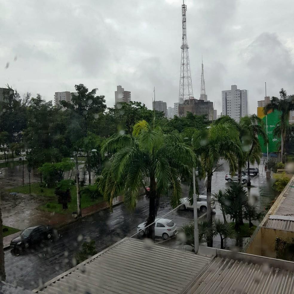 Chuva em Fortaleza no domingo (21) de Páscoa — Foto: Carol Melo/ Sistema Verdes Mares