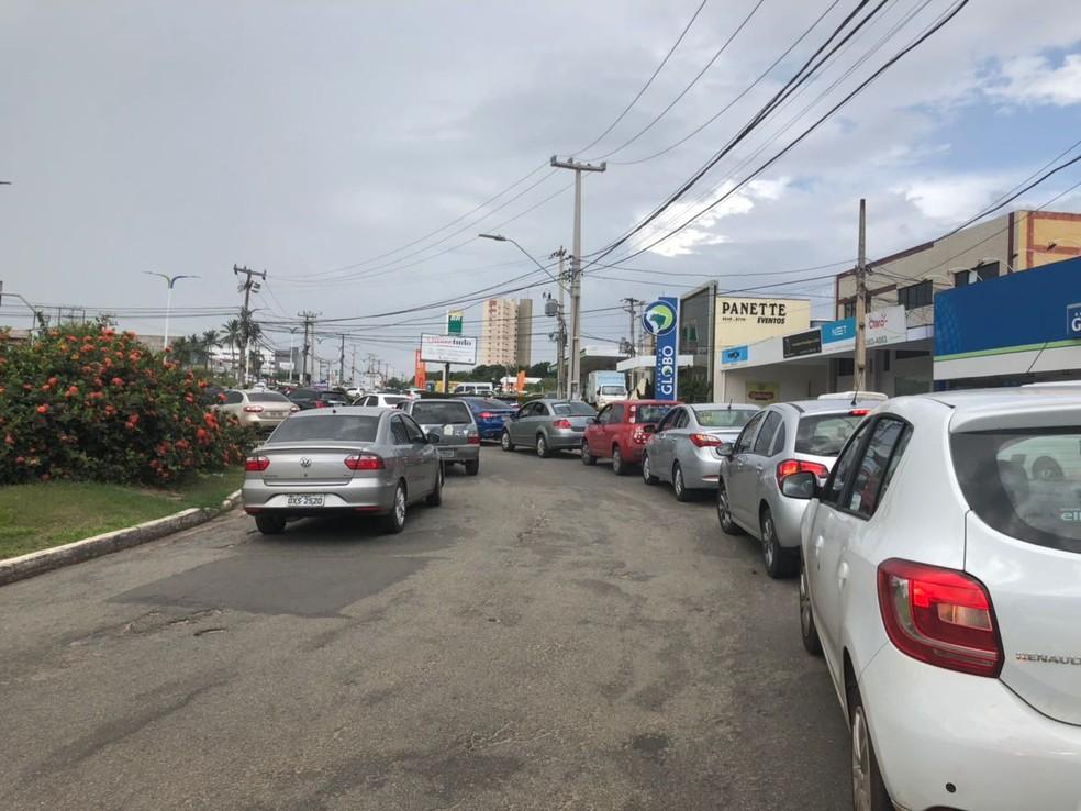 Motoristas enfrentam longas filas para garantir combustível em posto sistuado na Avenida dos Holandeses em São Luís (Foto: Zeca Soares/G1)