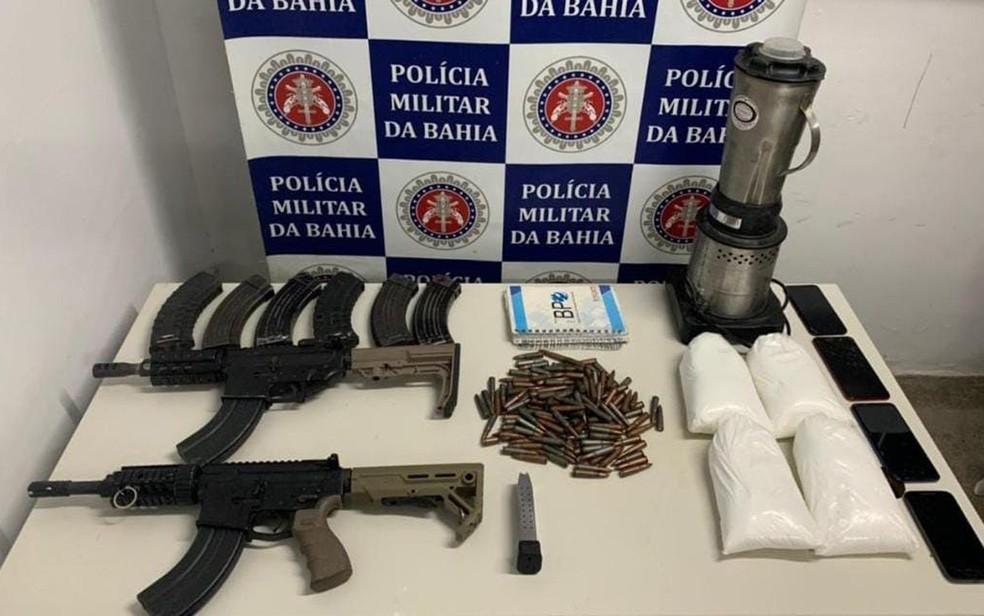 Fuzis e cocaína foram apreendidos em Porto Seguro pela PM — Foto: Divulgação/SSP-BA