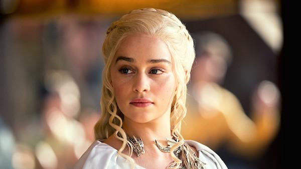 A atriz Emilia Clarke em cena de Game of Thrones (Foto: Reprodução)