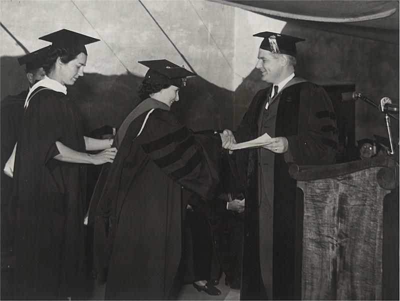Bertha Lutz recebendo o título de doutora no Mills College, nos Estados Unidos (Foto: Wikimedia/Arquivo Nacional)