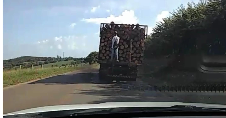 Pedestre é flagrado pegando carona na traseira de caminhão em rodovia de Buri