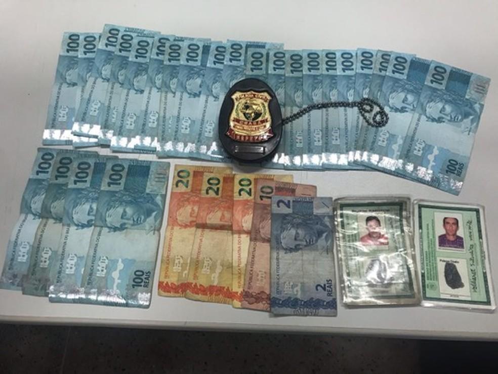 Foram apreendidos os R$ 2 mil roubados da casa da idosa, além de um facão e um pedaço de madeira. — Foto: Foto: Ricardo Mota
