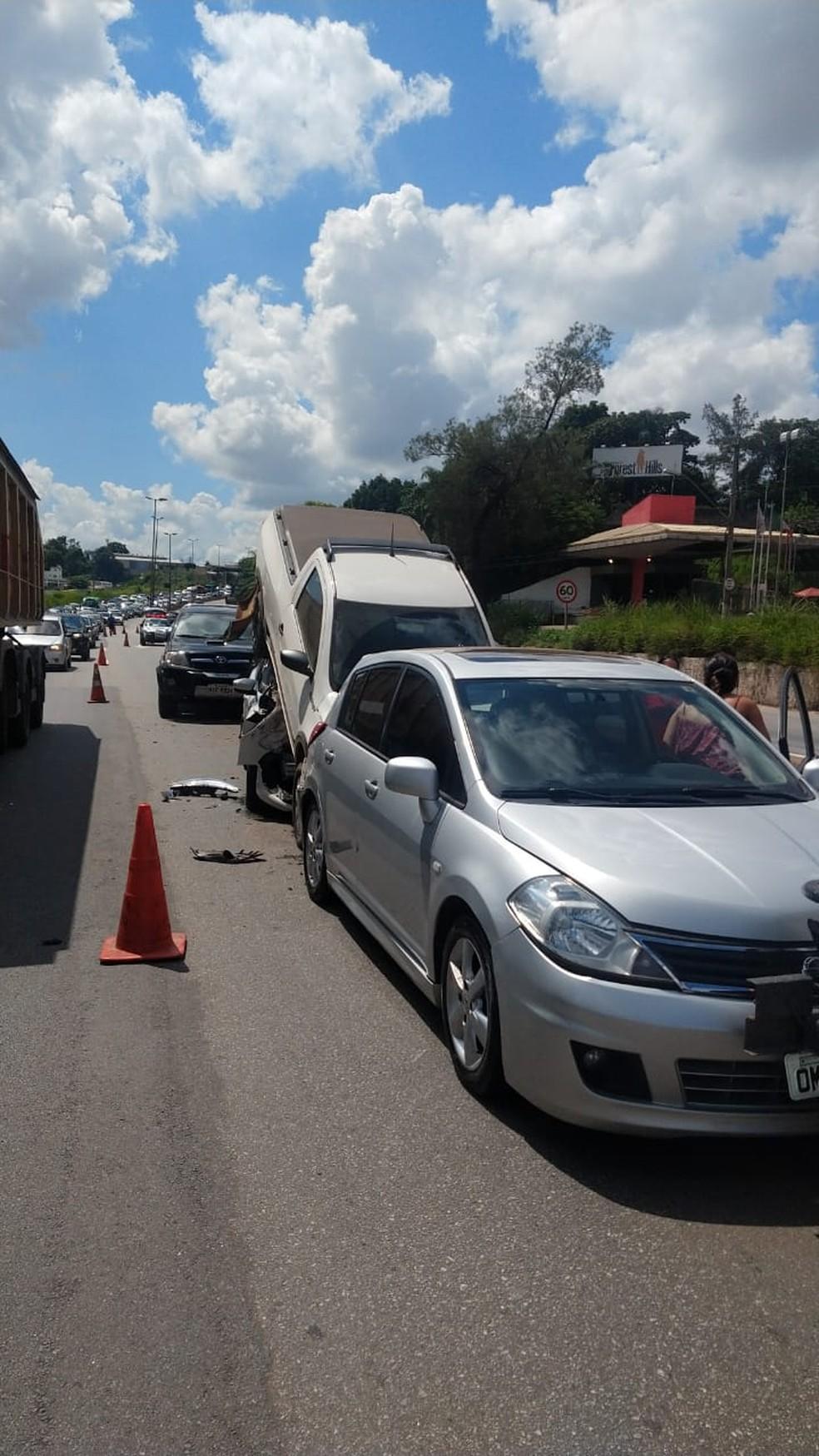 Trânsito ficou lento no Anel rodoviário no sentido Rio de Janeiro após acidente — Foto: PRE/Divulgação
