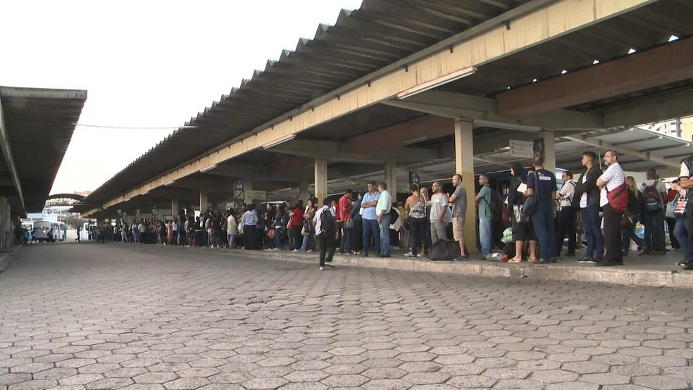 Terminal de Vila Velha, no Espírito Santo, lotado nesta segunda-feira (23) (Foto: Roberto Pratti/ TV Gazeta)