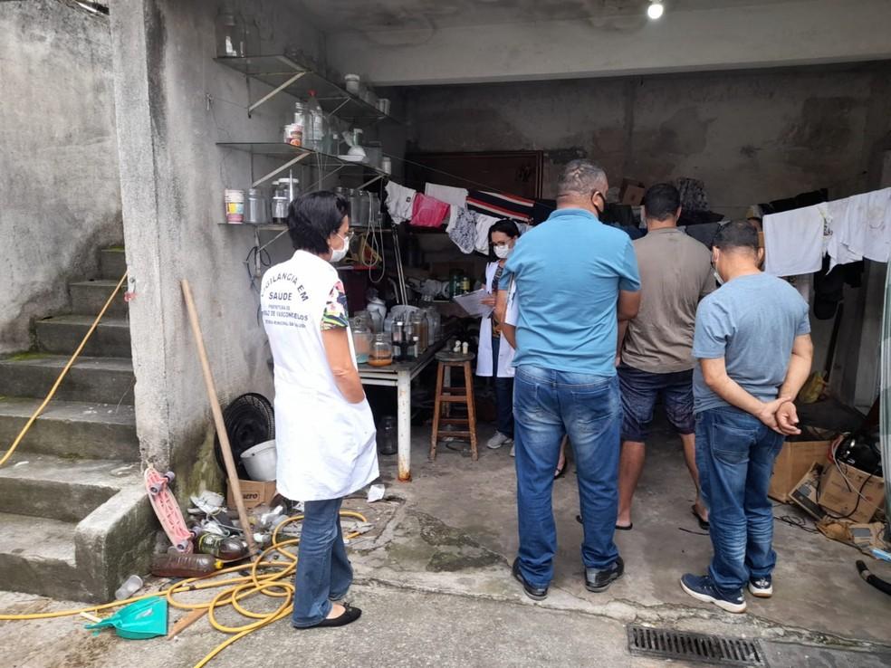 """Agentes da Vigilância Sanitária e policiais civis estiveram no """"laboratório"""" — Foto: Secom Ferraz/Divulgação"""